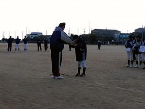東岐波少年野球クラブ35周年記念大会|表彰式で賞状を受け取りました