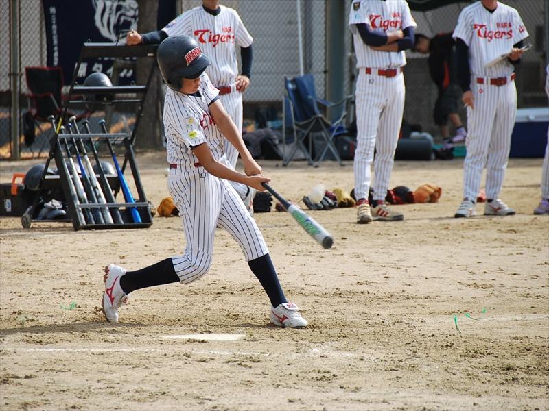 4番 眞鍋選手の打った打球はレフトへの大きな当たり!