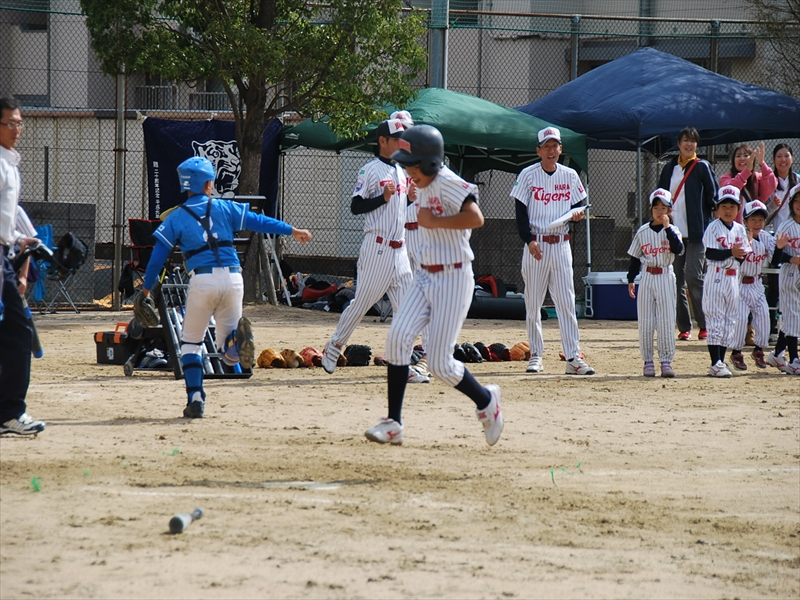 レフト後方への打球でホームランとなった眞鍋選手